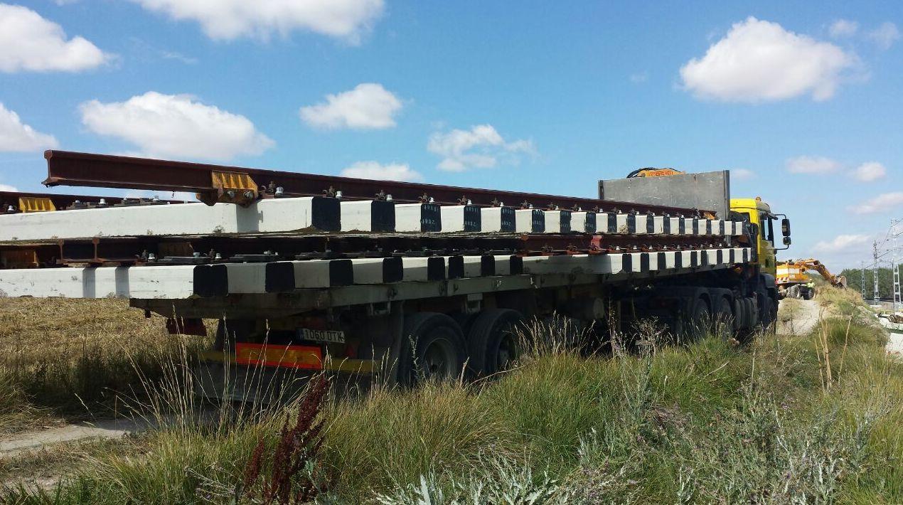 Transporte de carriles de 16 mts en el puerto seco de Pancorbo
