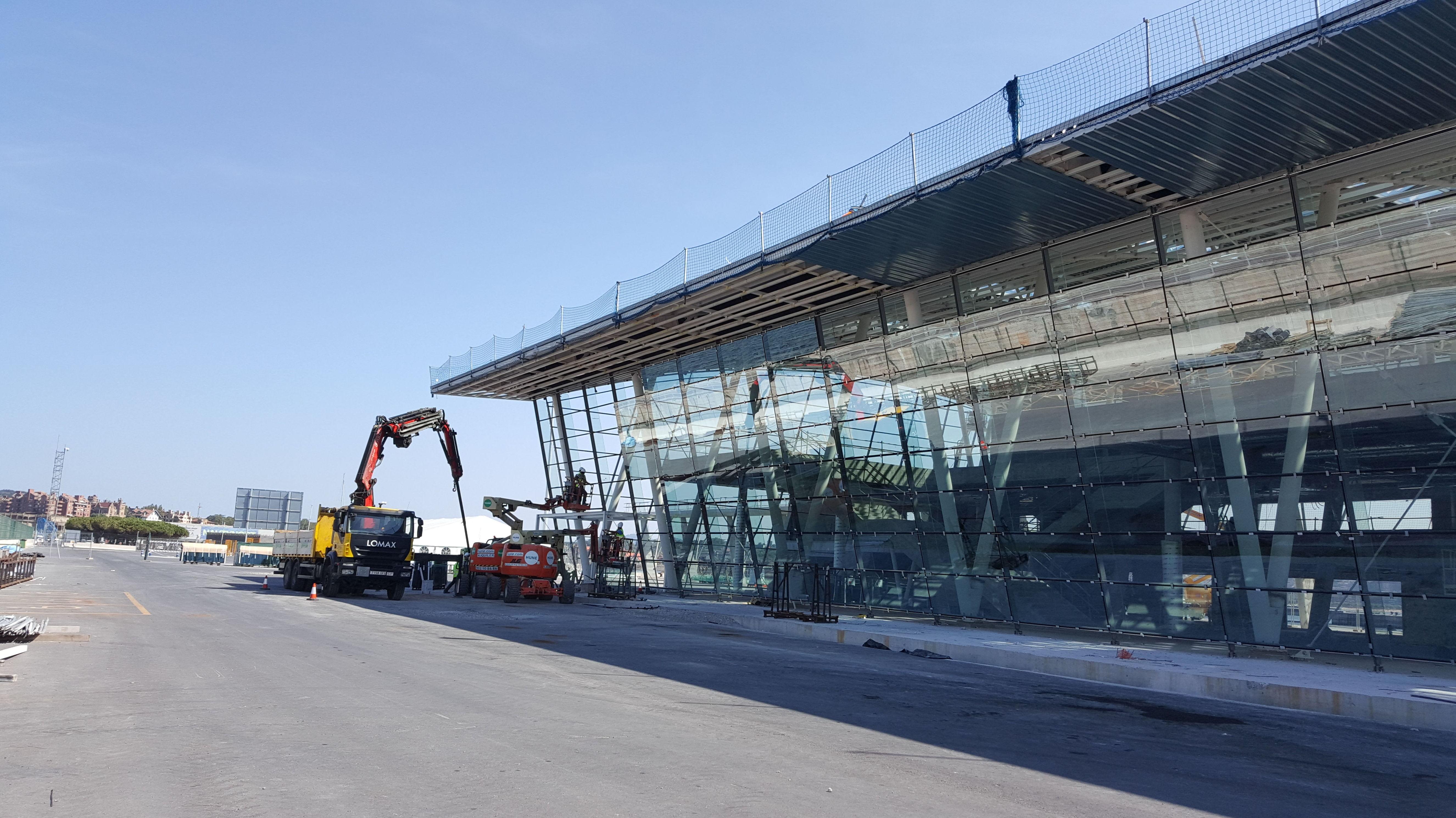 Trabajos con camion grua en terminal maritima de Getxo