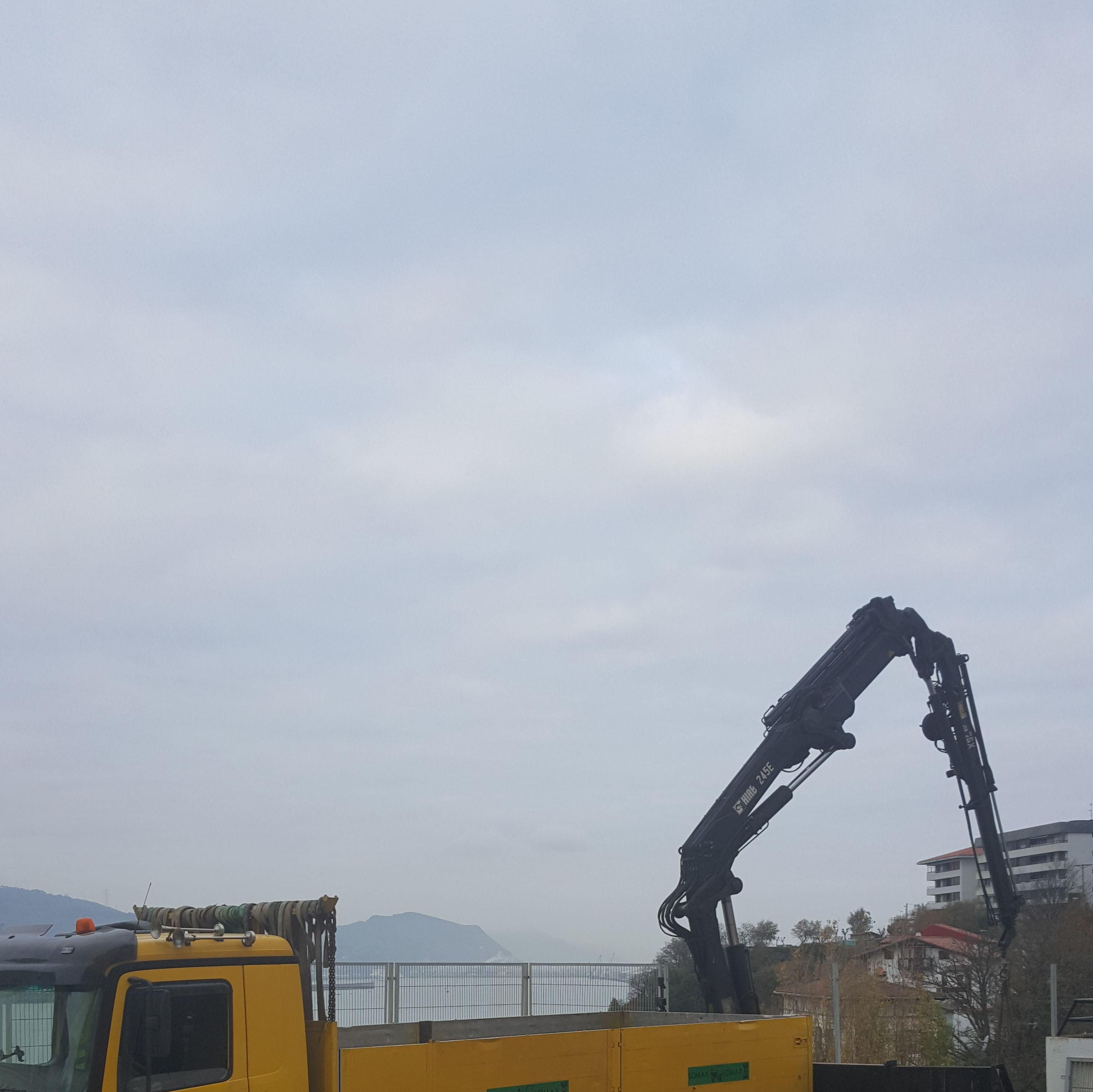 Desescombro de pozo con camion grua en Getxo
