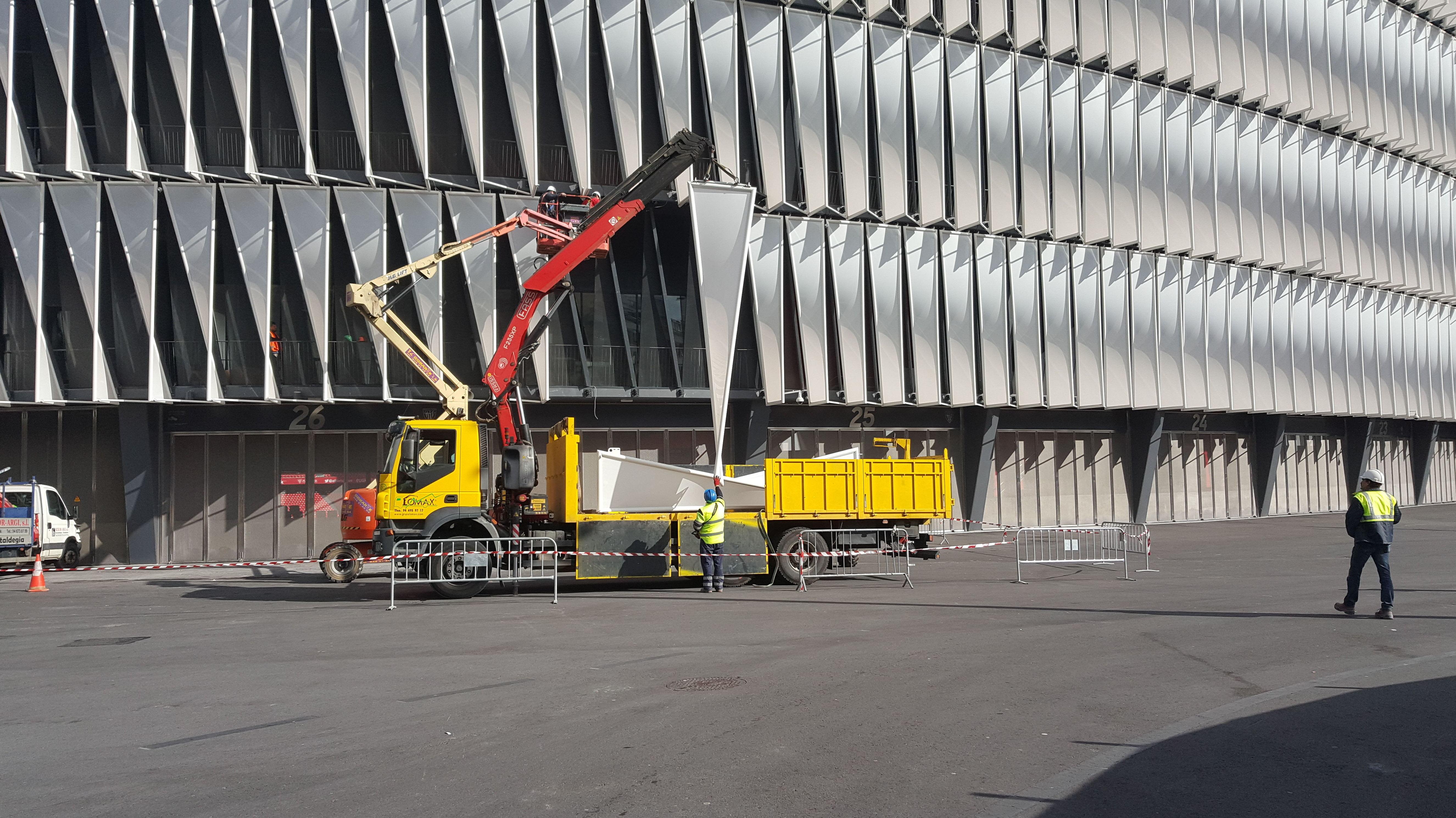 Trabajos con camion grua nuevo campo de san mames Bilbao