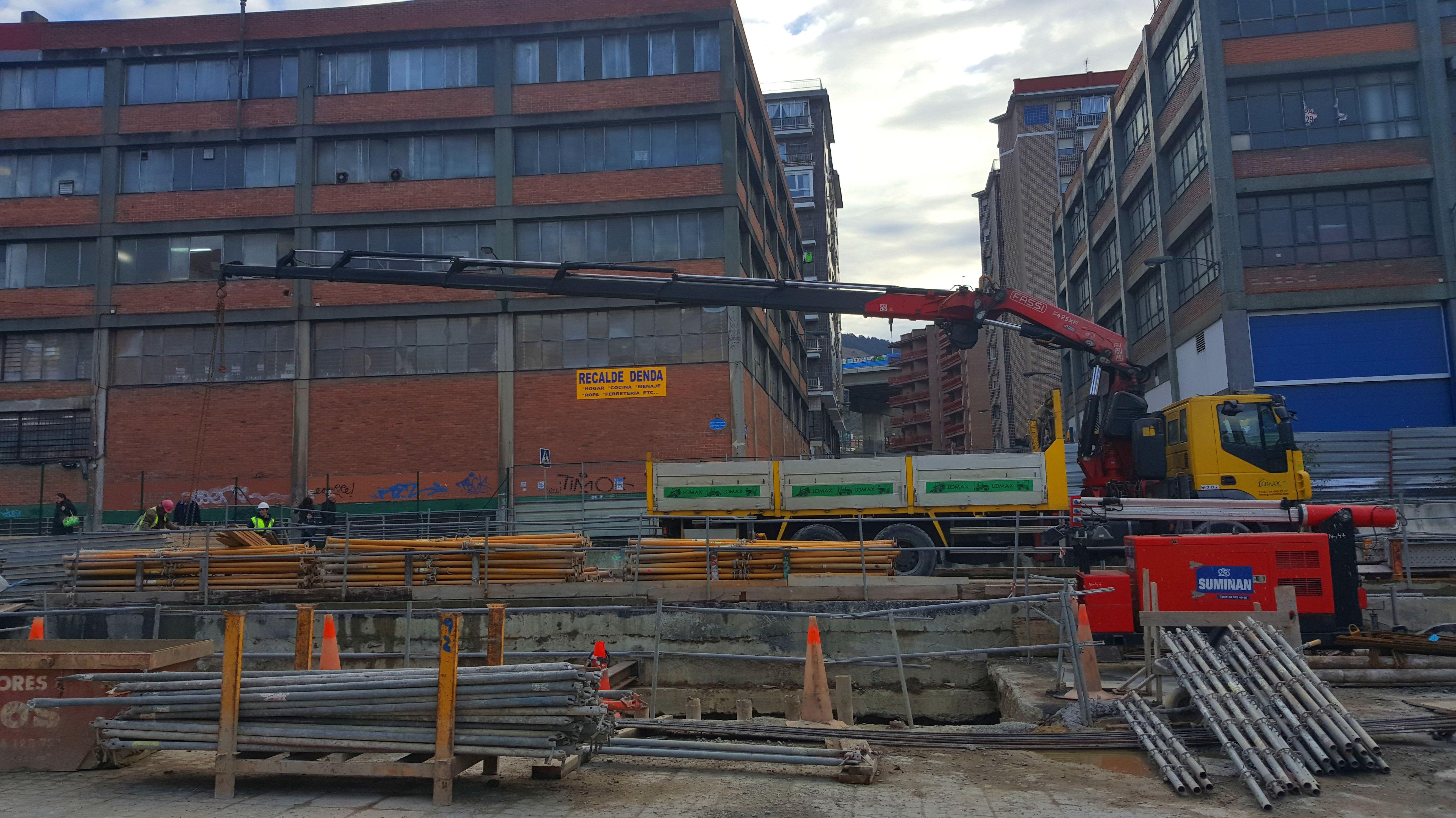Foto 26 de Grúas para la construcción y la industria en Burceña | Transportes y Grúas Lomax