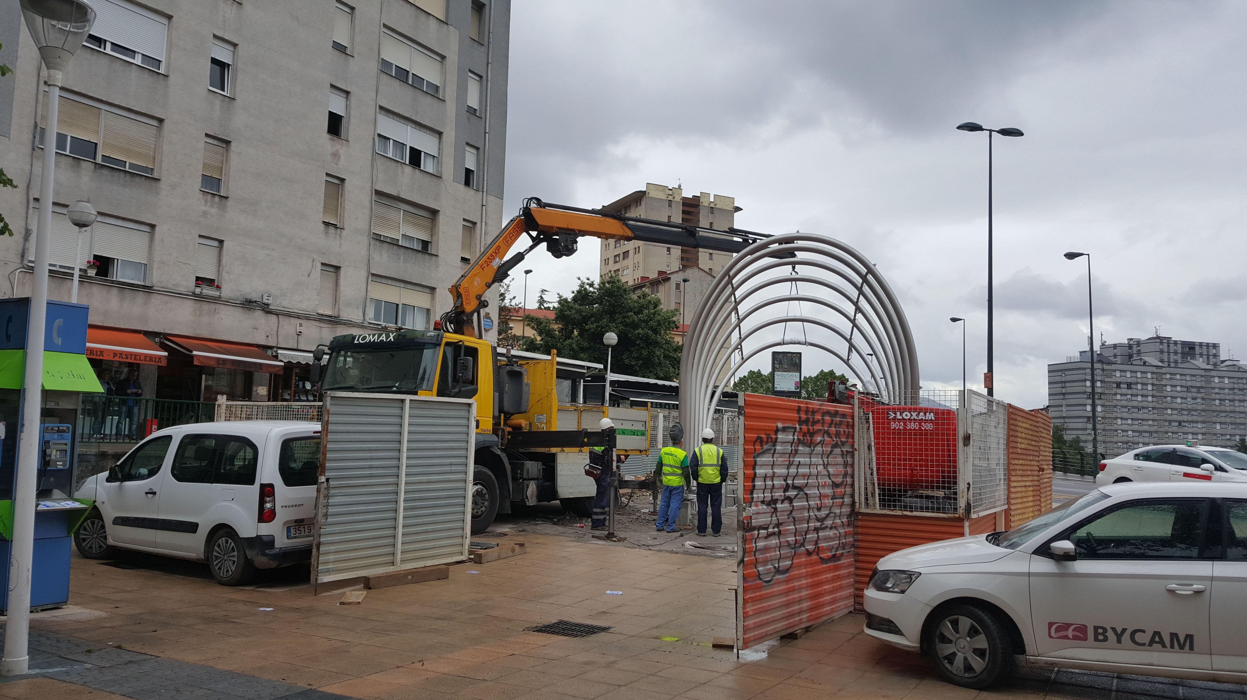 Trabajos con camion grua en Bilbao estacion de metro de Otxarkoaga linea 3