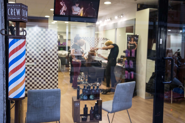 Escaparate de nuestra peluquería en Barcelona
