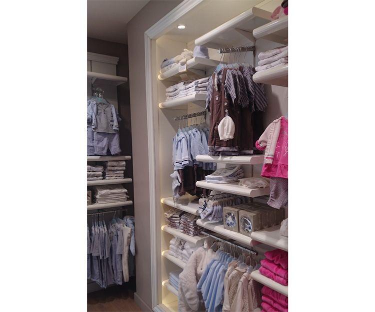 Estanterías en tienda de ropa infantil