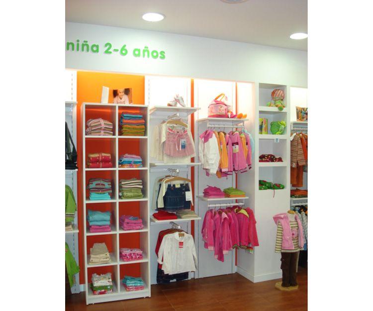 Diferente tipo de muebles para vestir una tienda de ropa infantil