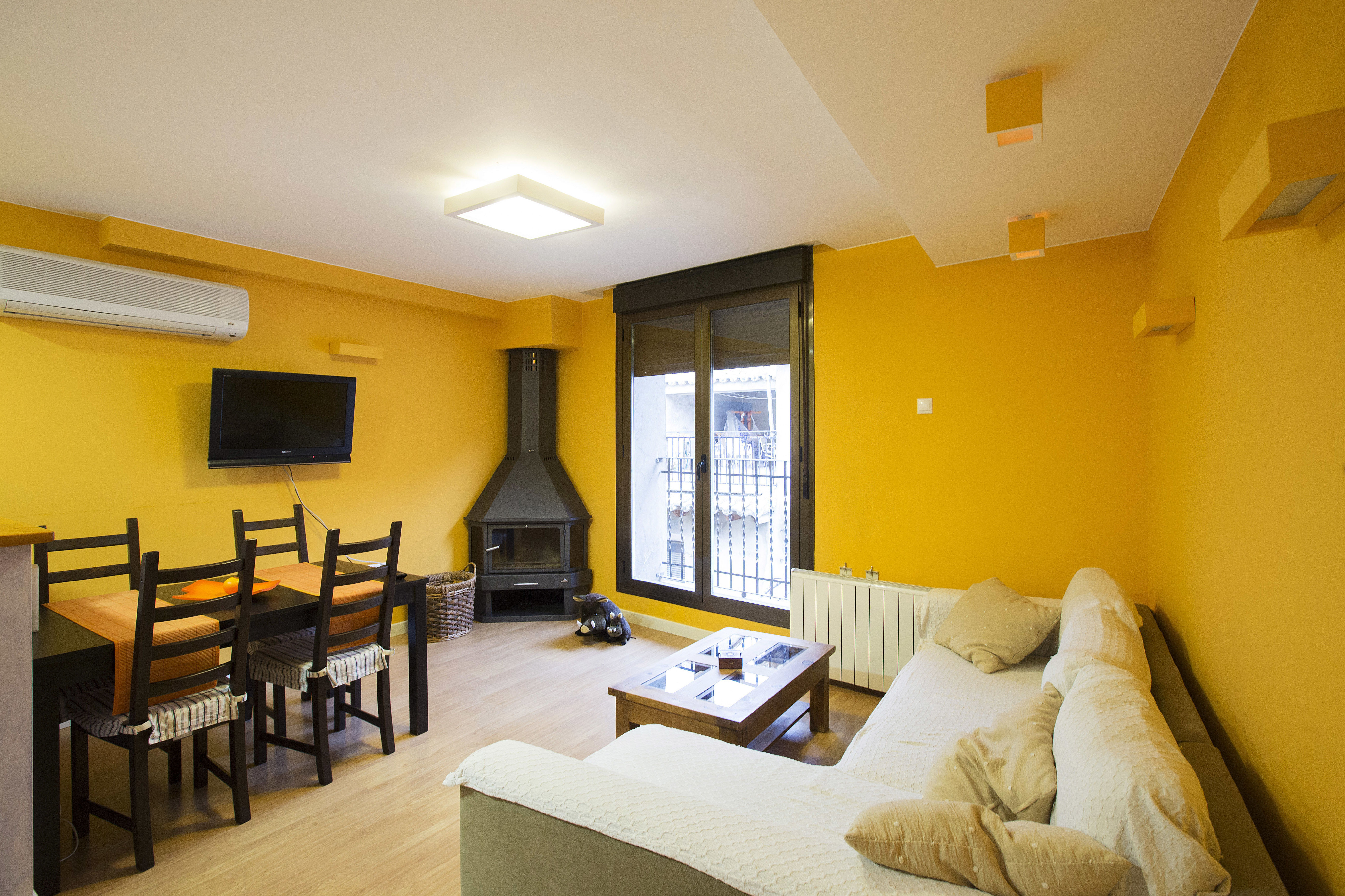 Salón con chimenea del apartamento en Casa Rufino, Bolea