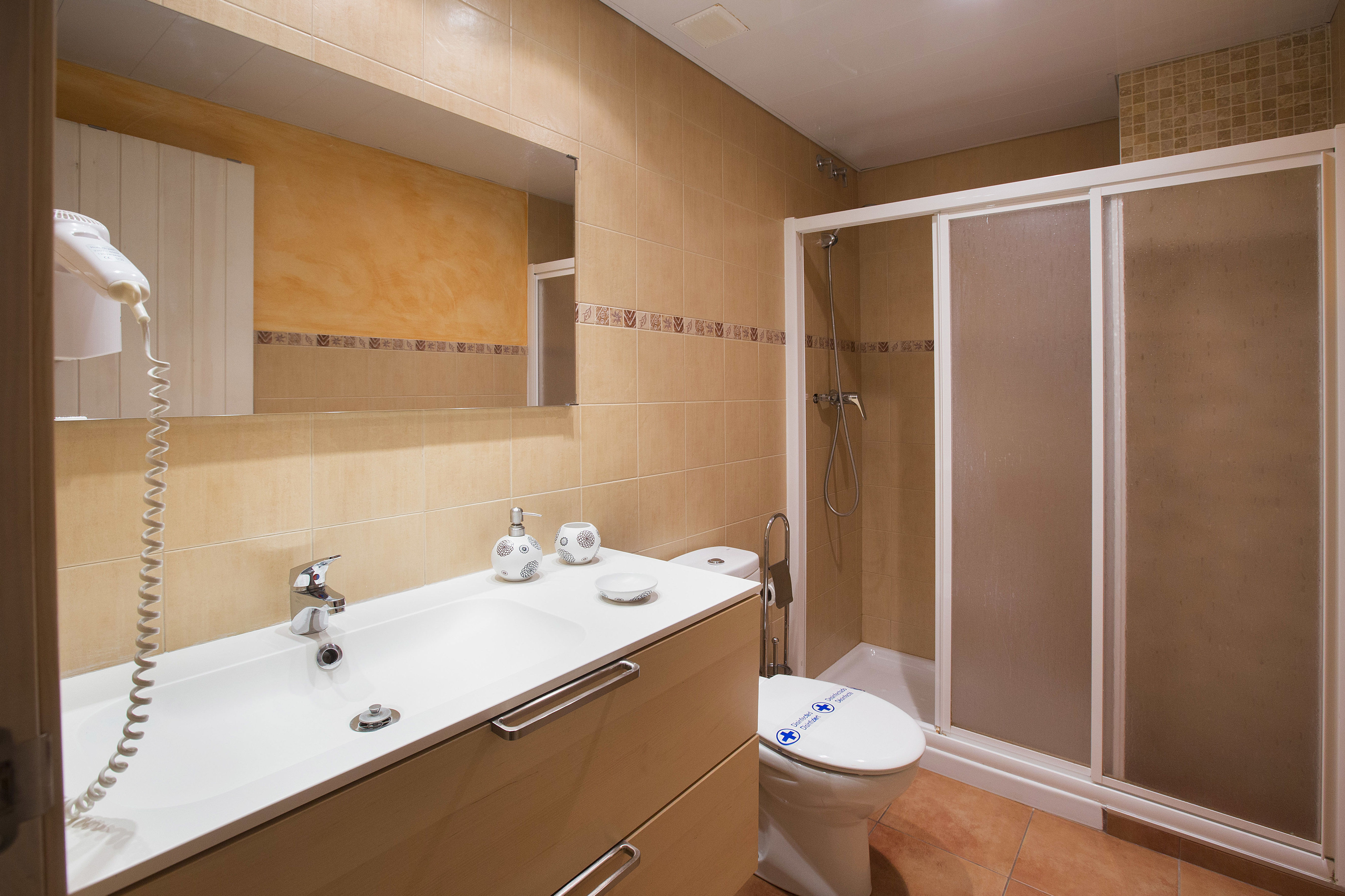 Moderno baño dotado de todas las comodidades