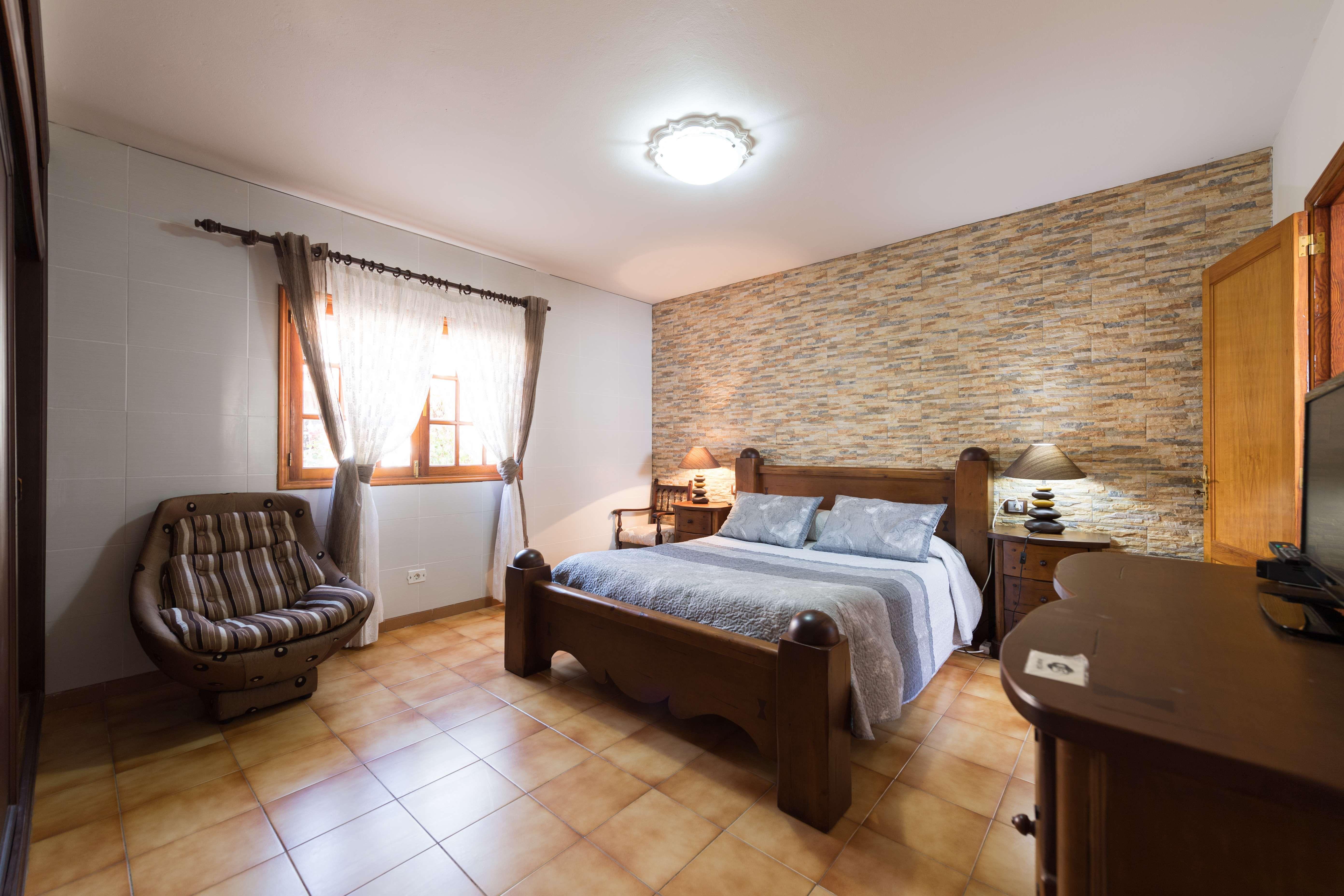 La casa cuenta con 3 dormitorios, con baño interior