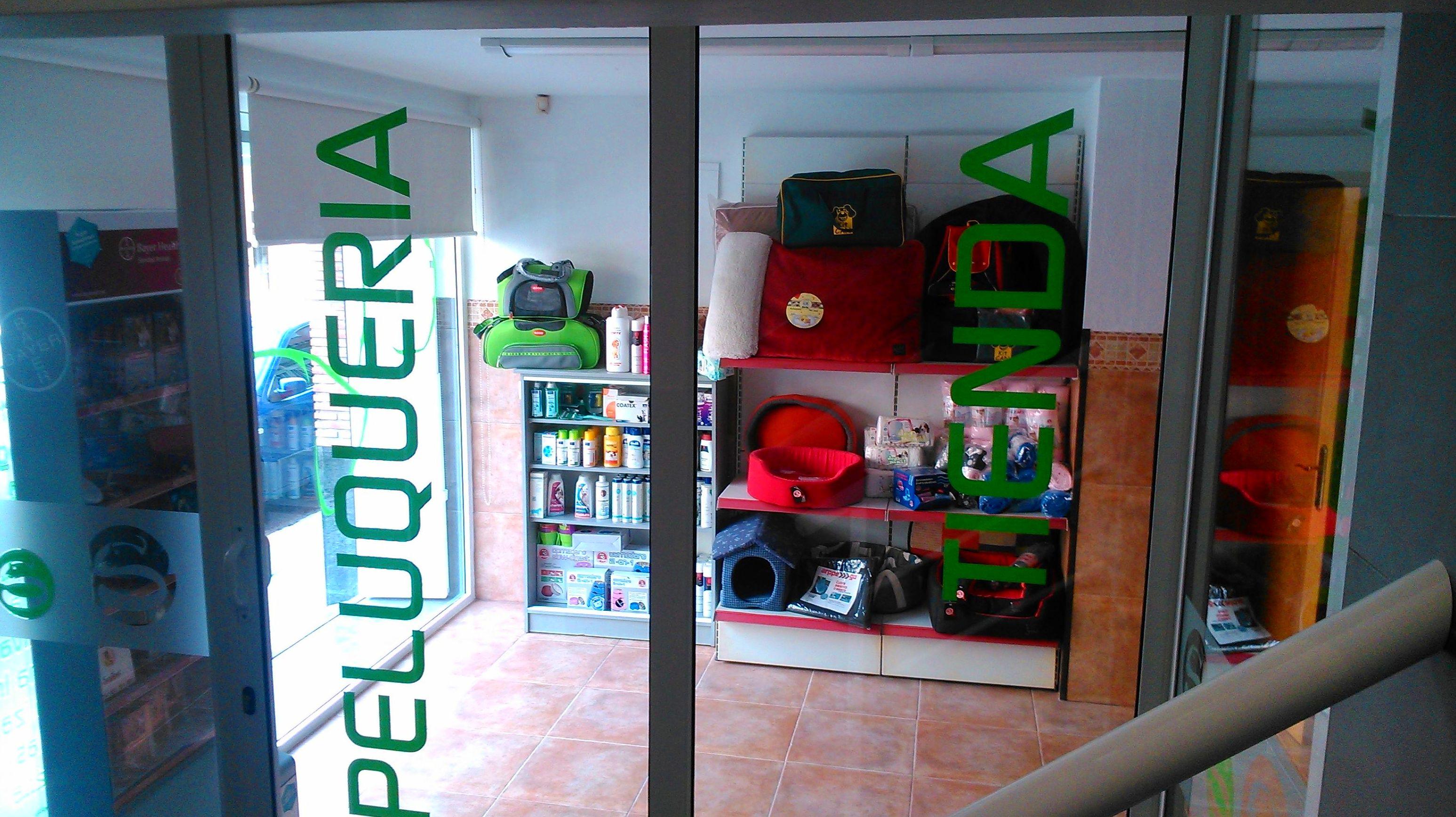 Entrada a la tienda y peluquería canina y felina en Almazora