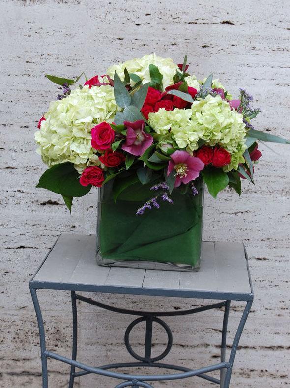 Centro de flores con hortensia, helleborus, rosas, limonium y eucalipto