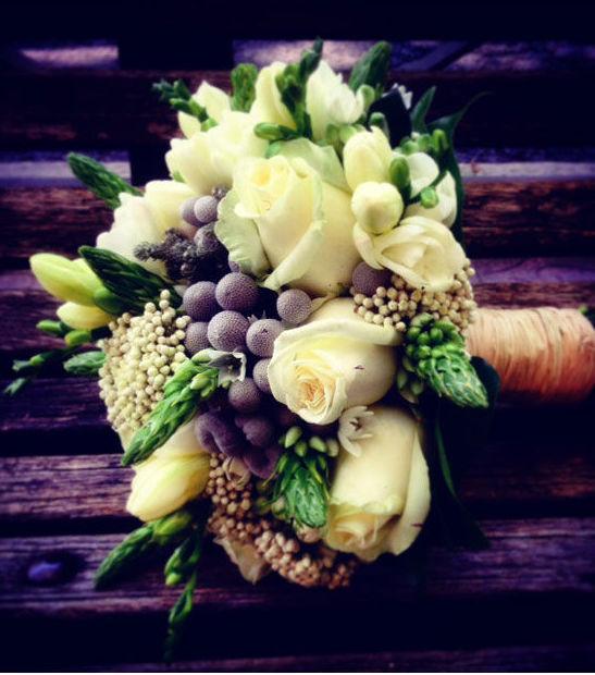 Bouquet de flores variadas: rosas, brunia...