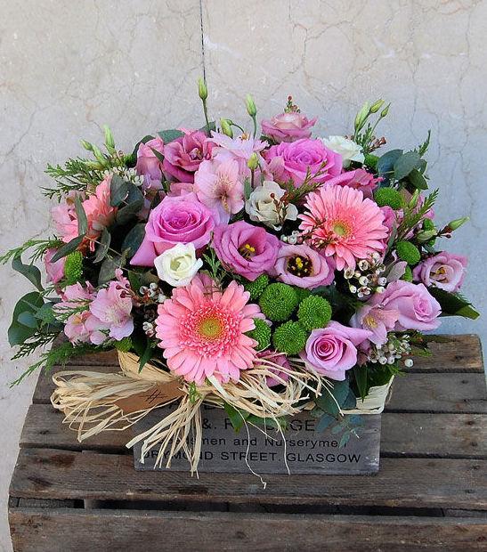 Caja de flores en tonos rosas
