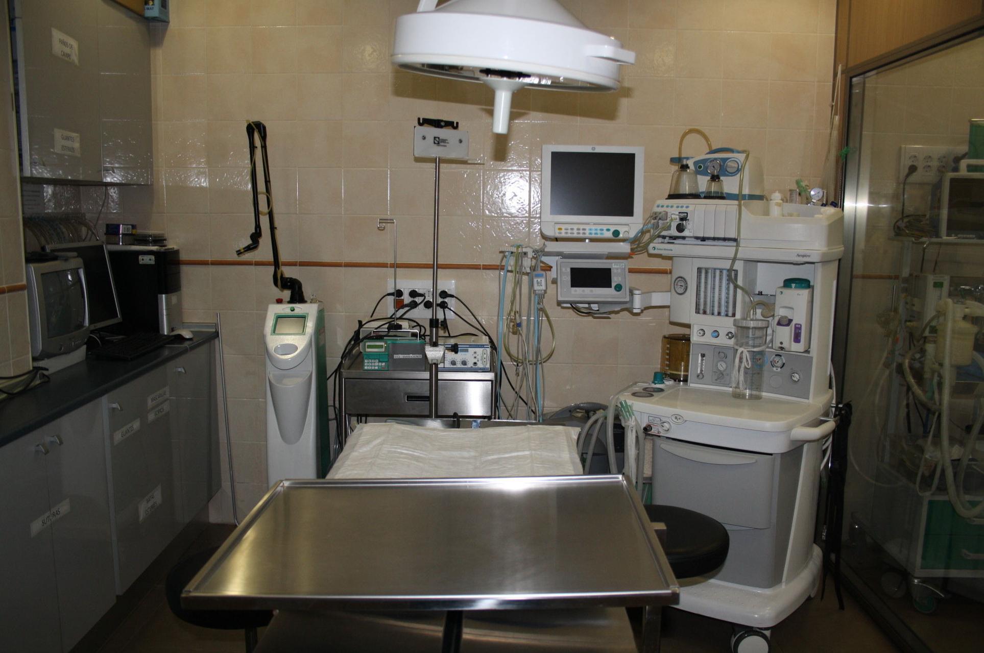 Quirófano, Laser quirúrgico y aparato de anestesia de última generación