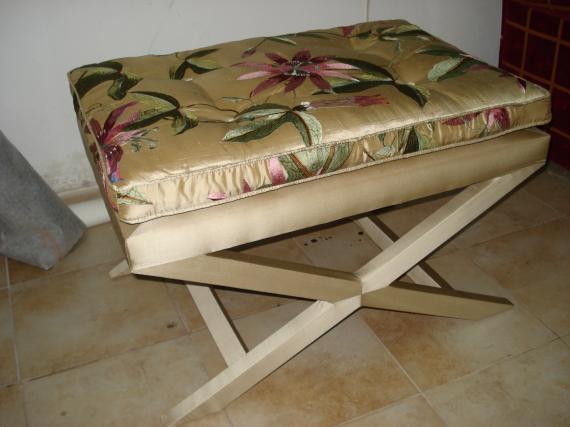 puff de tijera con patas tapizadas en seda