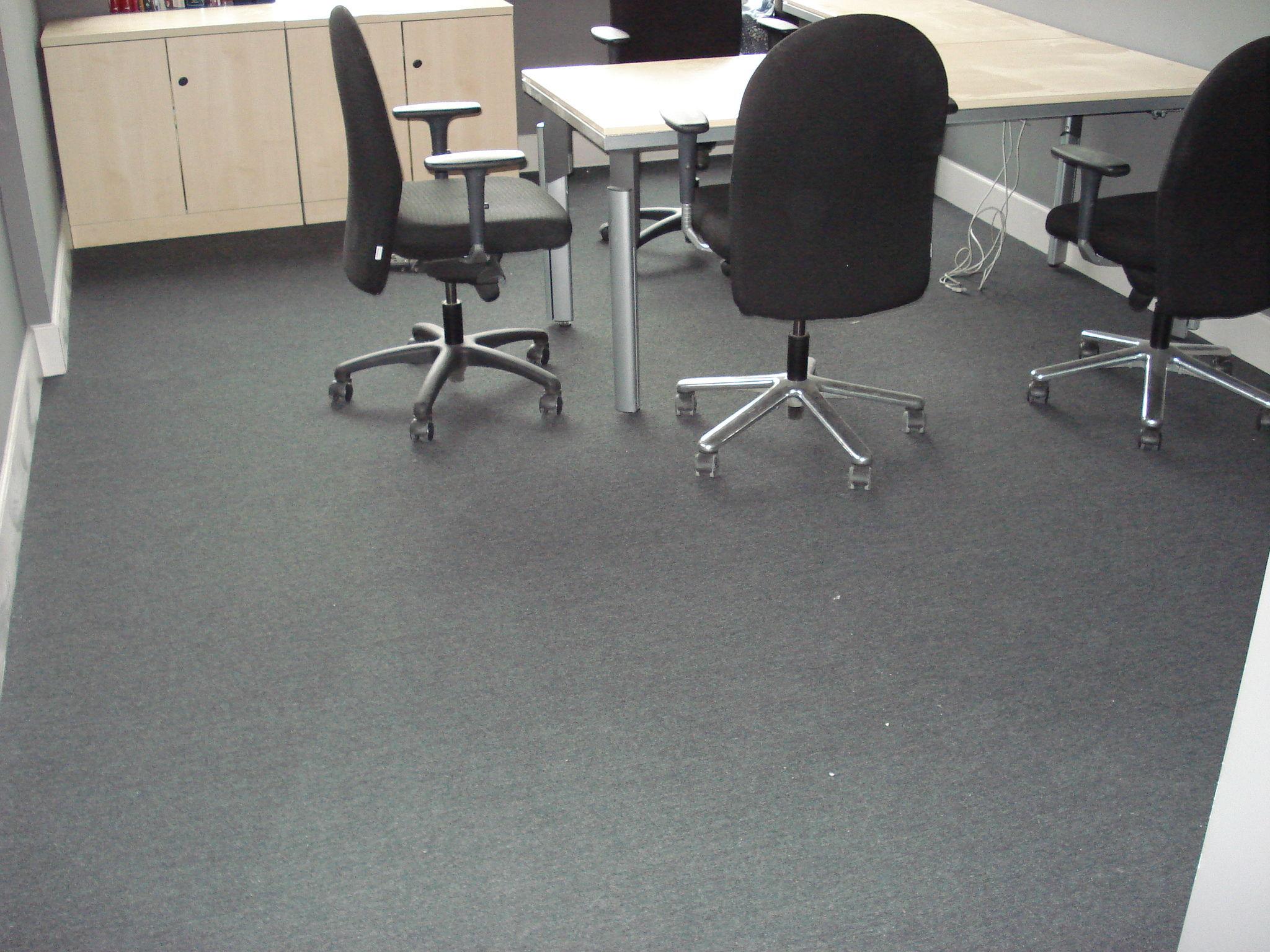 suelo con losetas de moqueta
