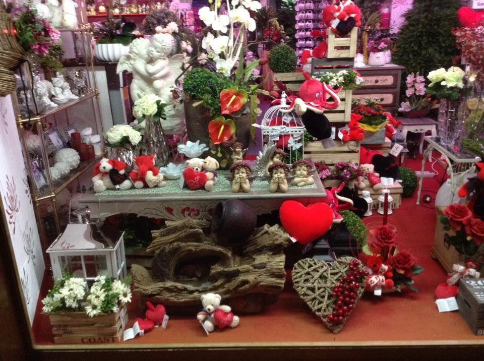 Floristería con objetos de decoración