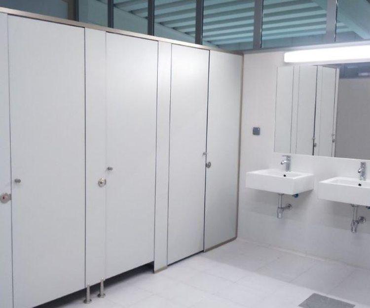 Montaje de cuartos de baño para oficina