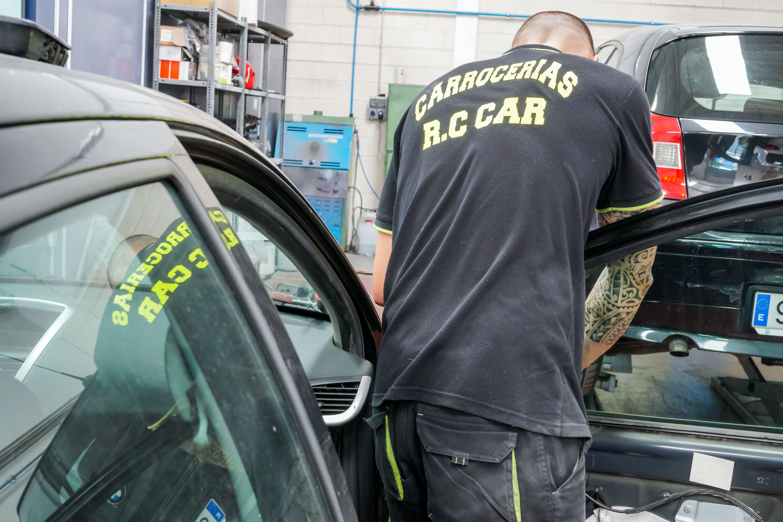 Mecánico de CARROCERÍAS RC CAR trabajando