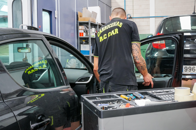 Personal de CARROCERÍAS RC CAR trabajando