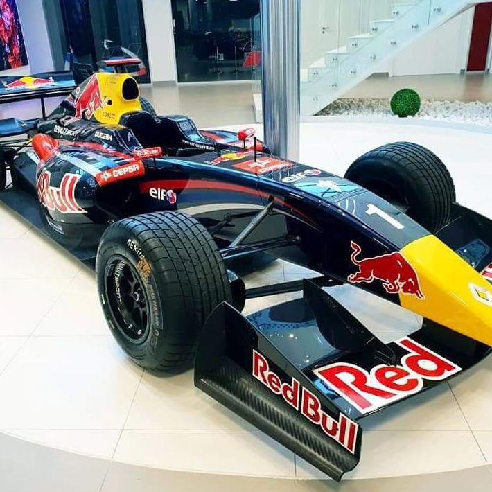 Formula 1 pintado montado puesto en su exposición en el centeo MSI de Teo Martin
