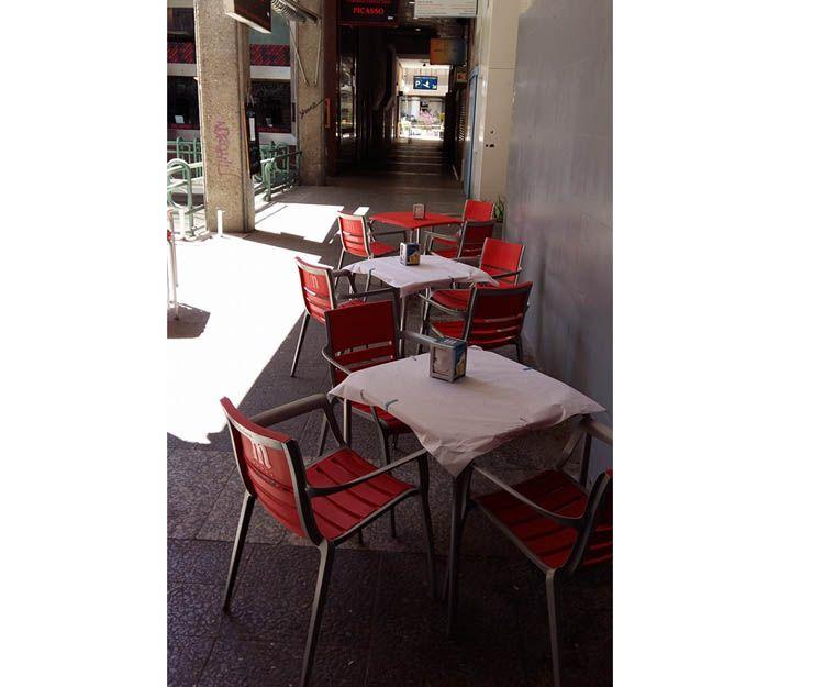 Bar con terraza y bocadillos especiales