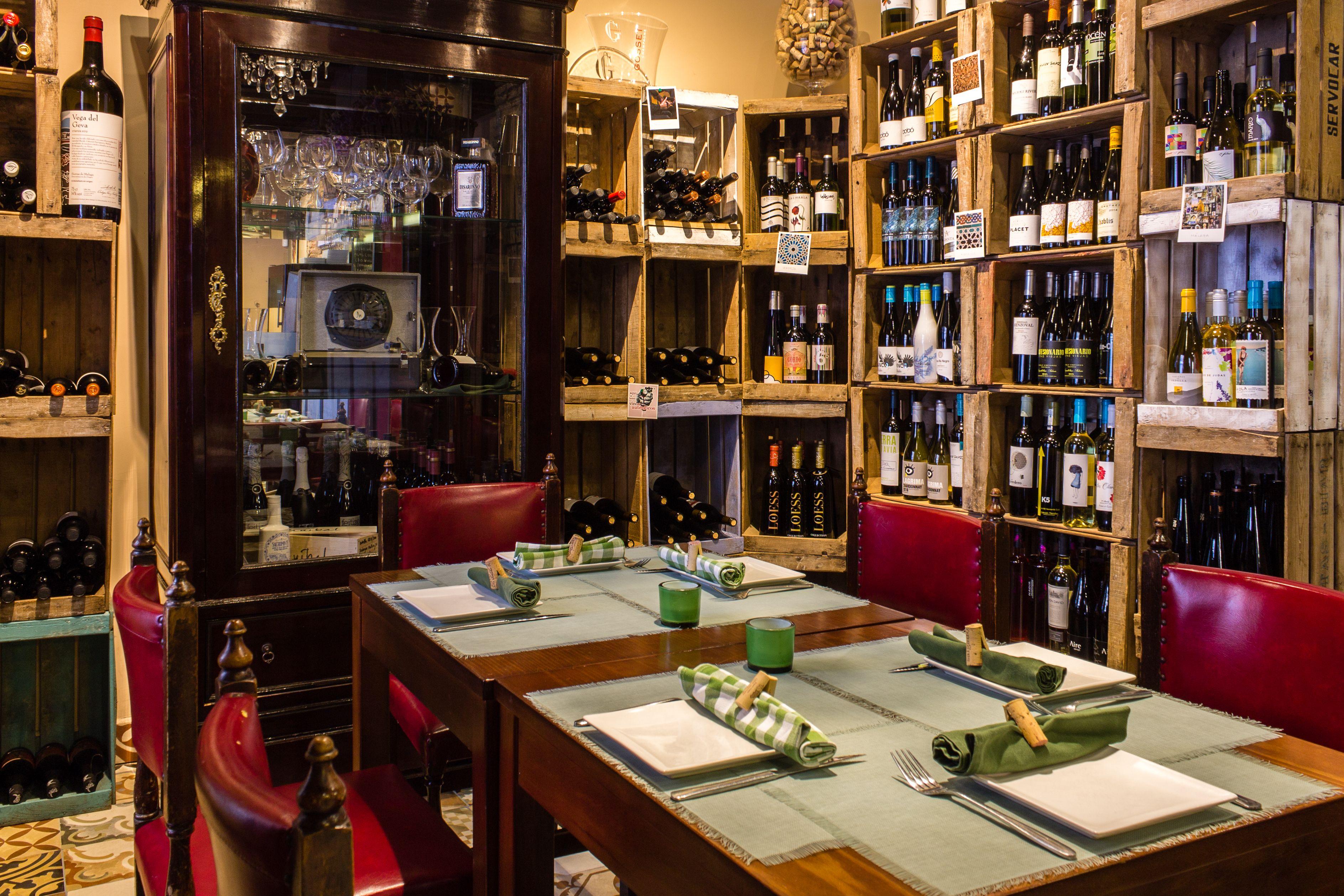 Bodega principal y mesa de degustación