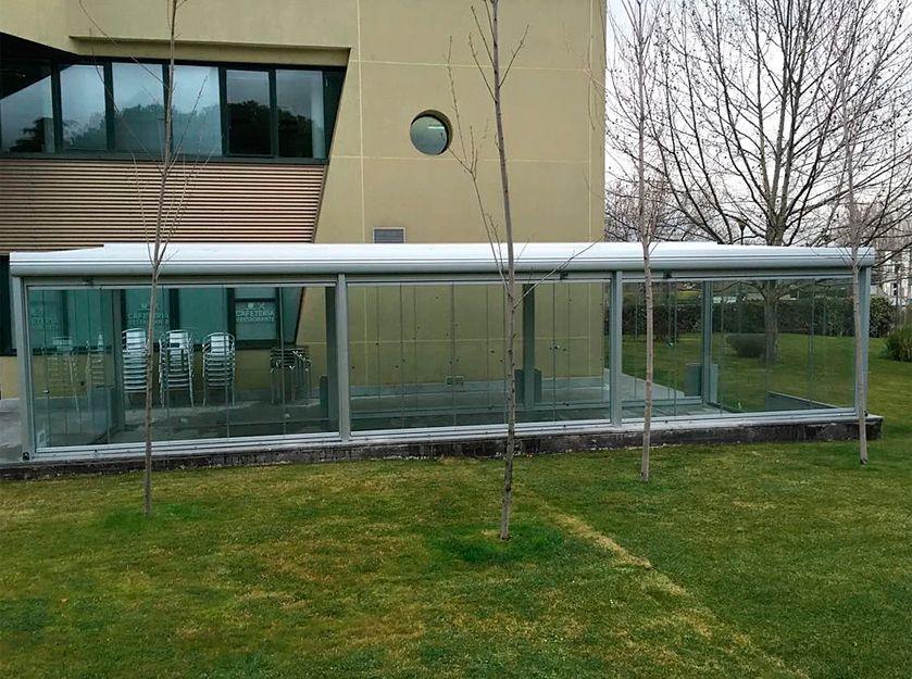 Cerramiento con cortina y techo de cristal