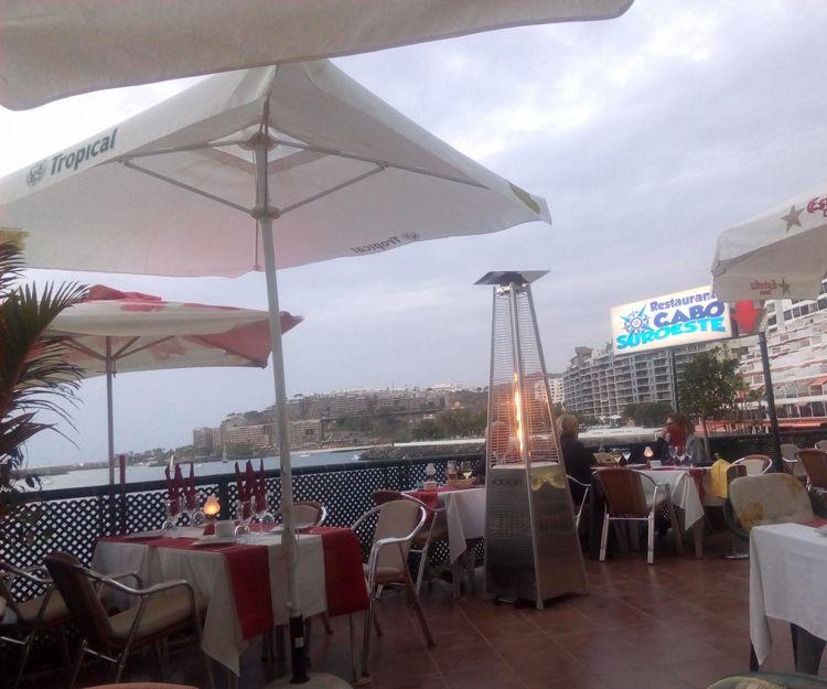 Restaurante con gran terraza con vistas al mar