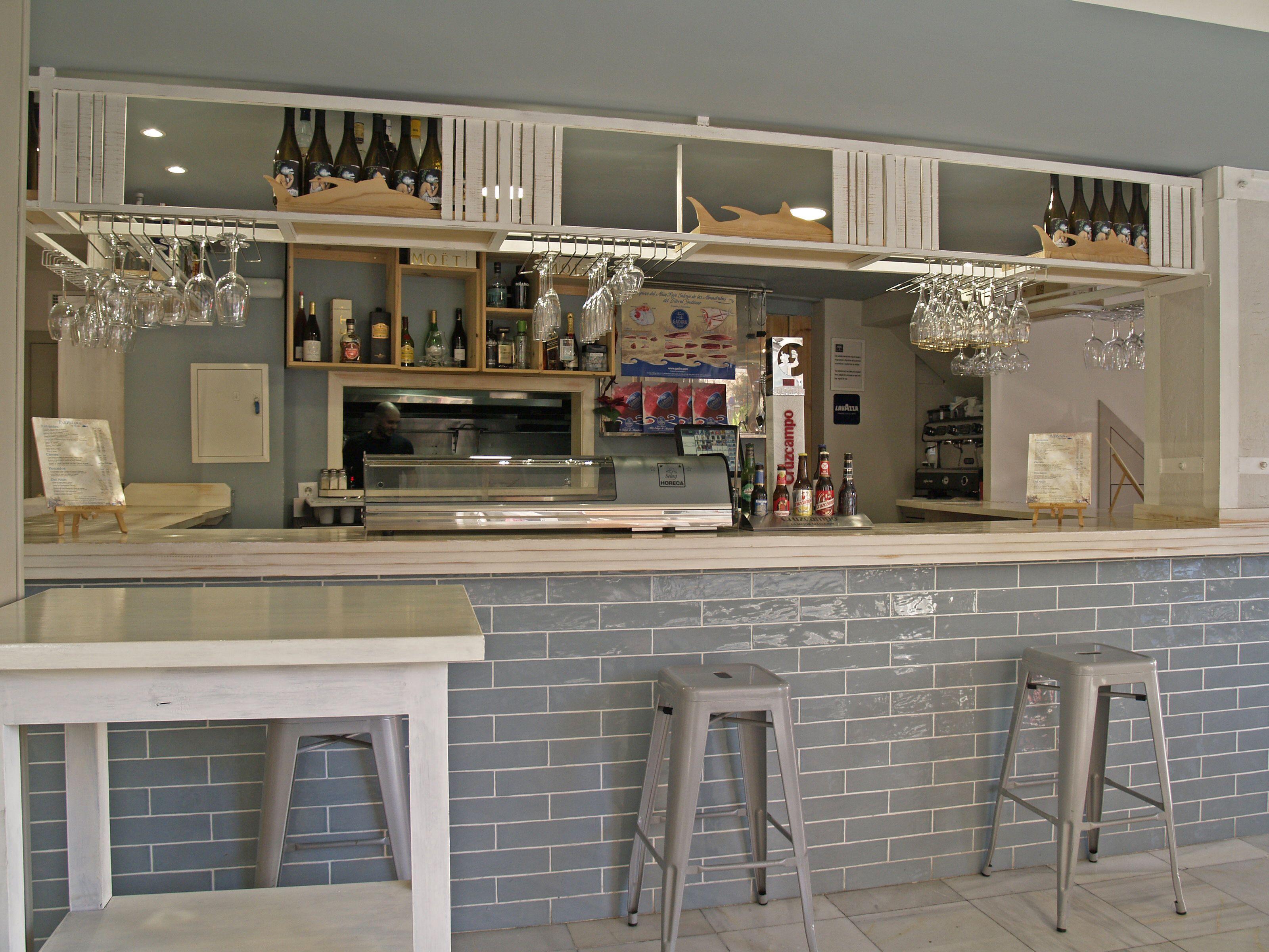 En nuestra barra podrás degustar numerosas tapas, frías o calientes y acompañadas de tu bebida favorita