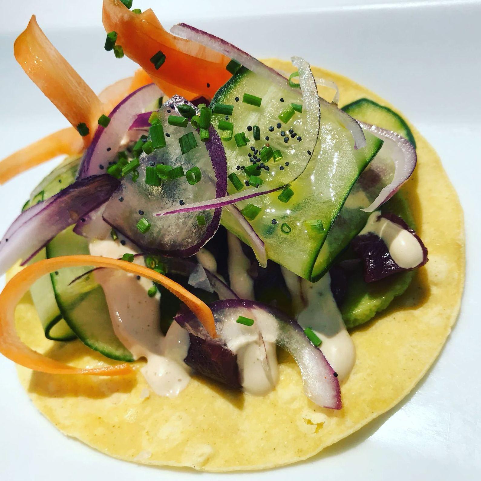 Taco mexicano de atún y ensalada fresca