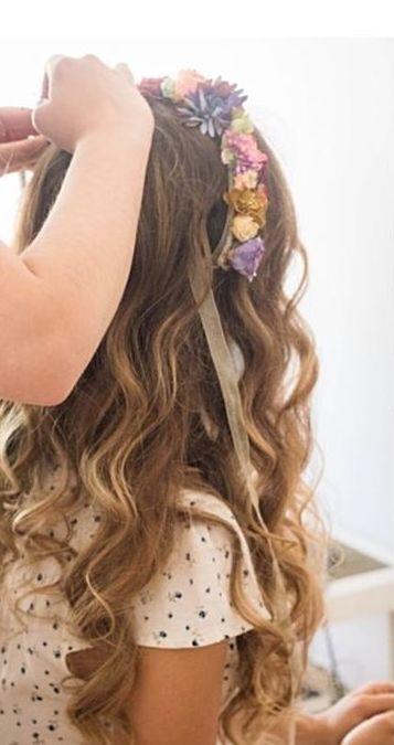 Peinado con ondas en melena larga adornada con detalle floral. Invitadas perfectas!!