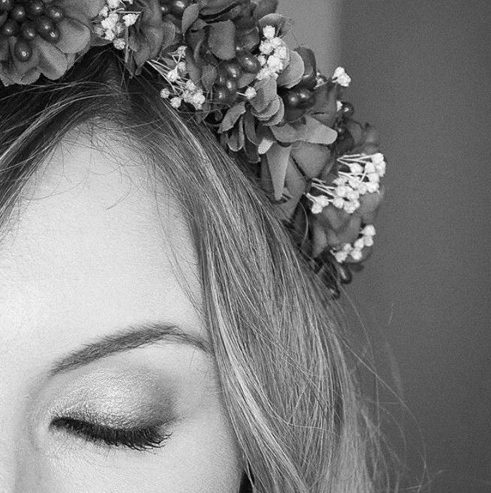 Detalles de invitadas. Recogido con corona de flores