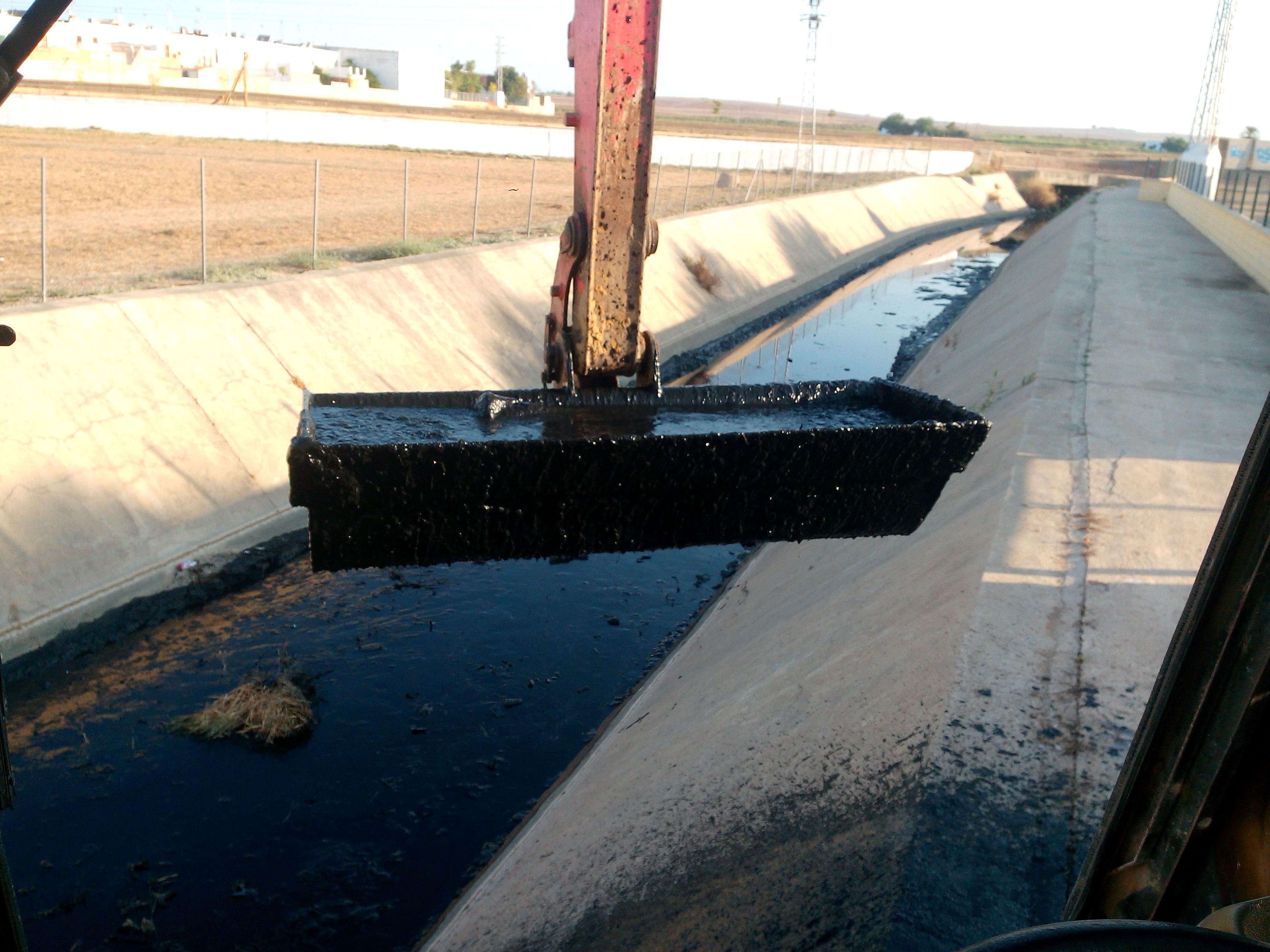 limpieza de canal para desaguar las aguas fecales.