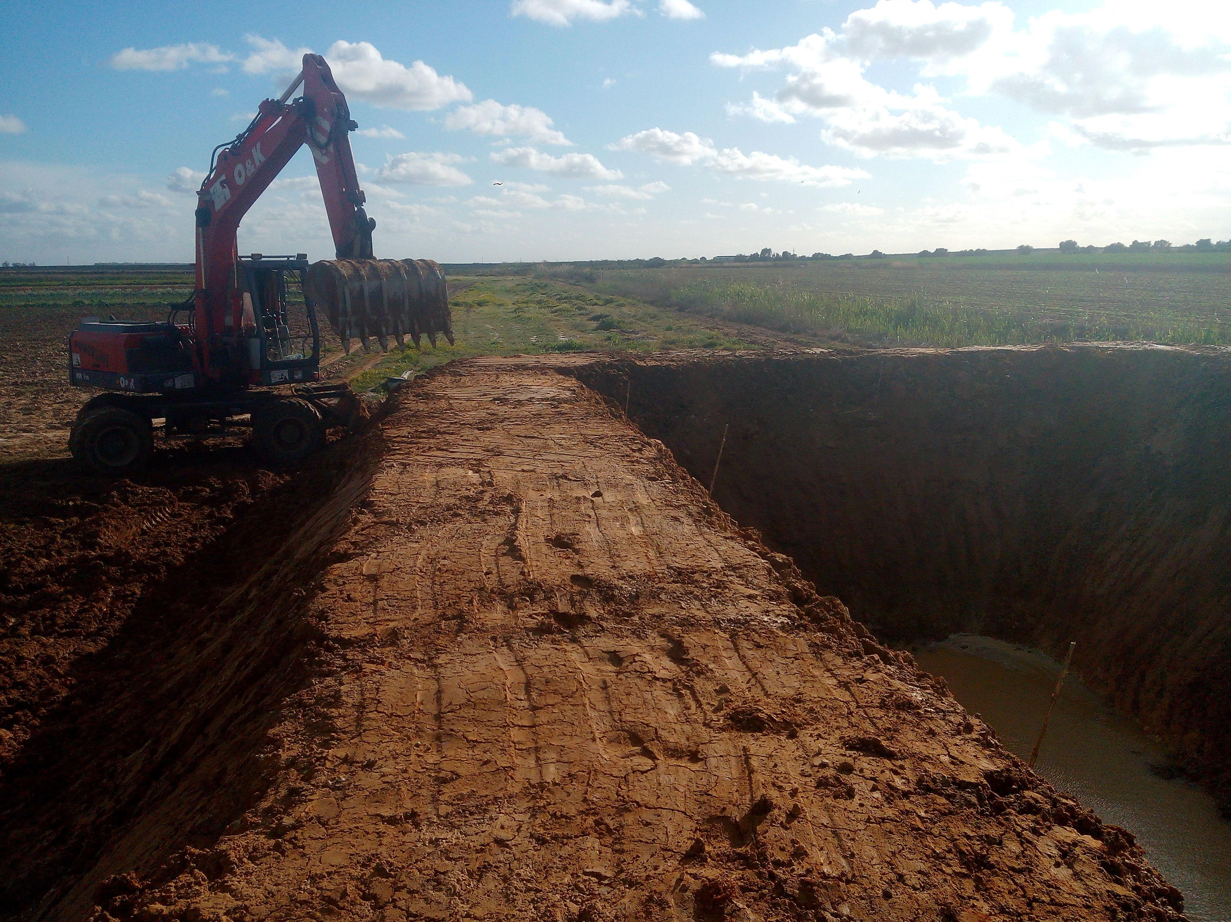 Foto 26 de Excavaciones y movimientos de tierra en Los Palacios y Villafranca   Hermanos Palacios Rincón