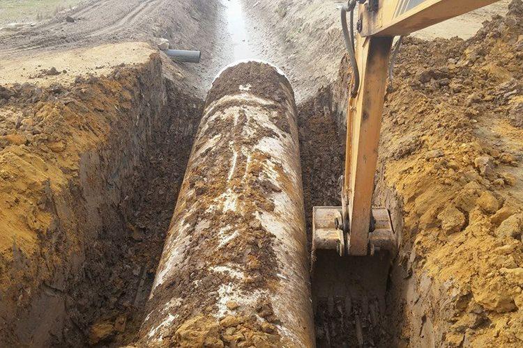 Abriendo y tapando zanjas para tuberías y cableado