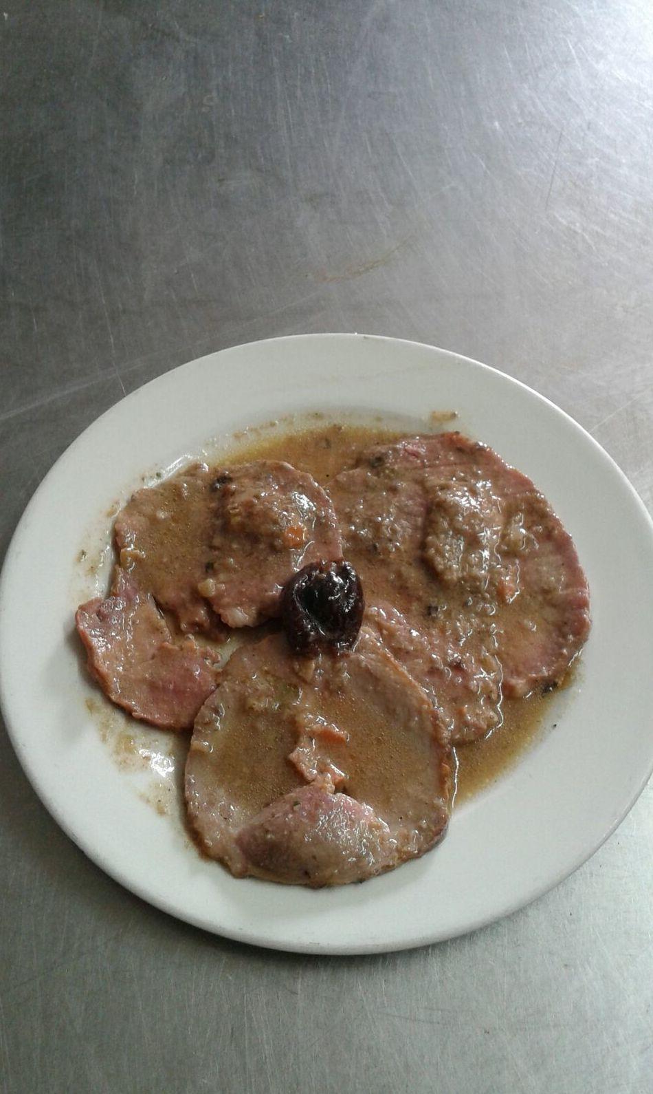 Redondo de ternera con salsa de ciruelas y champiñones