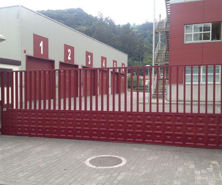 Puerta de acceso a locales