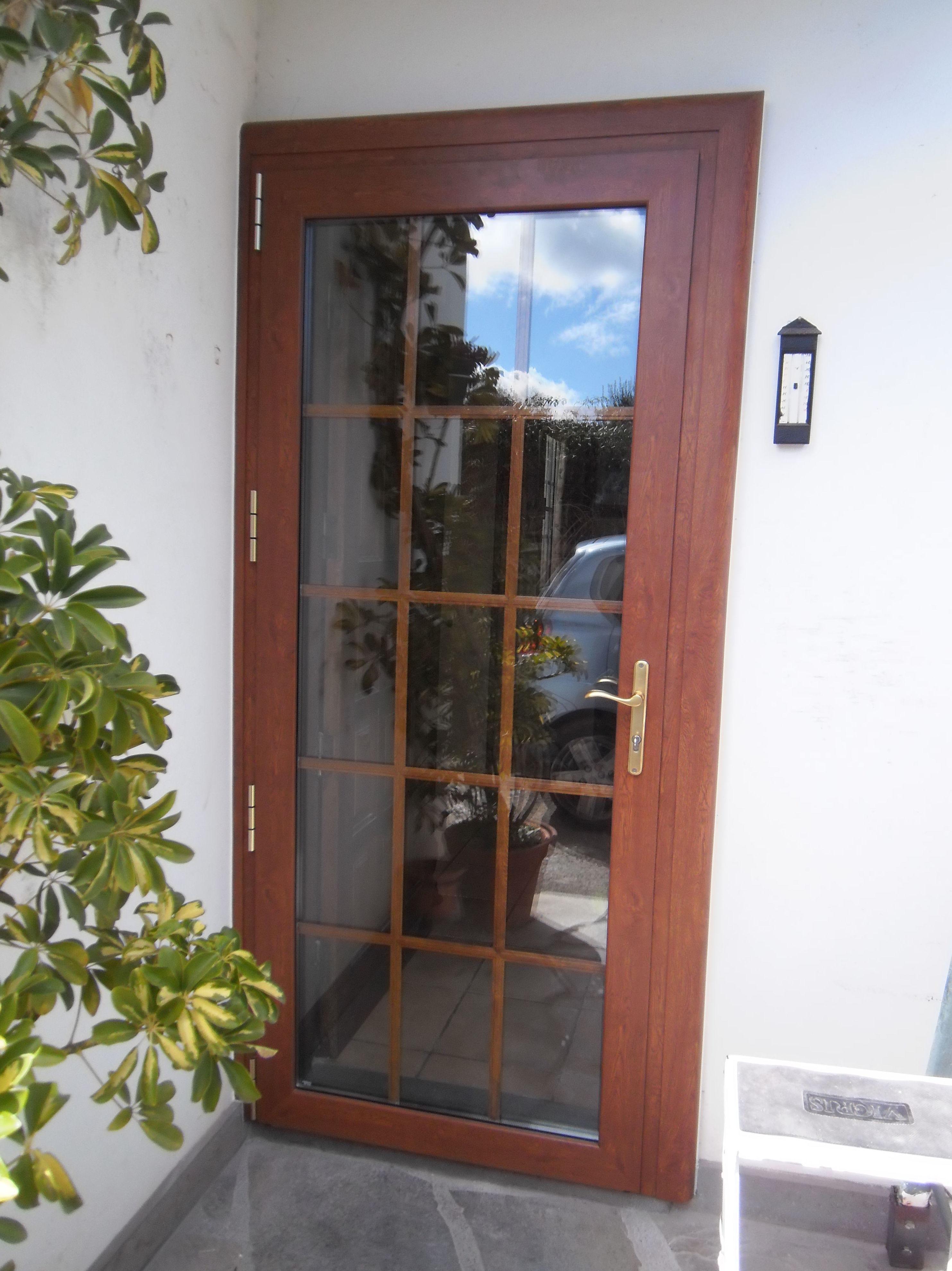 Puerta acristalada con palillería