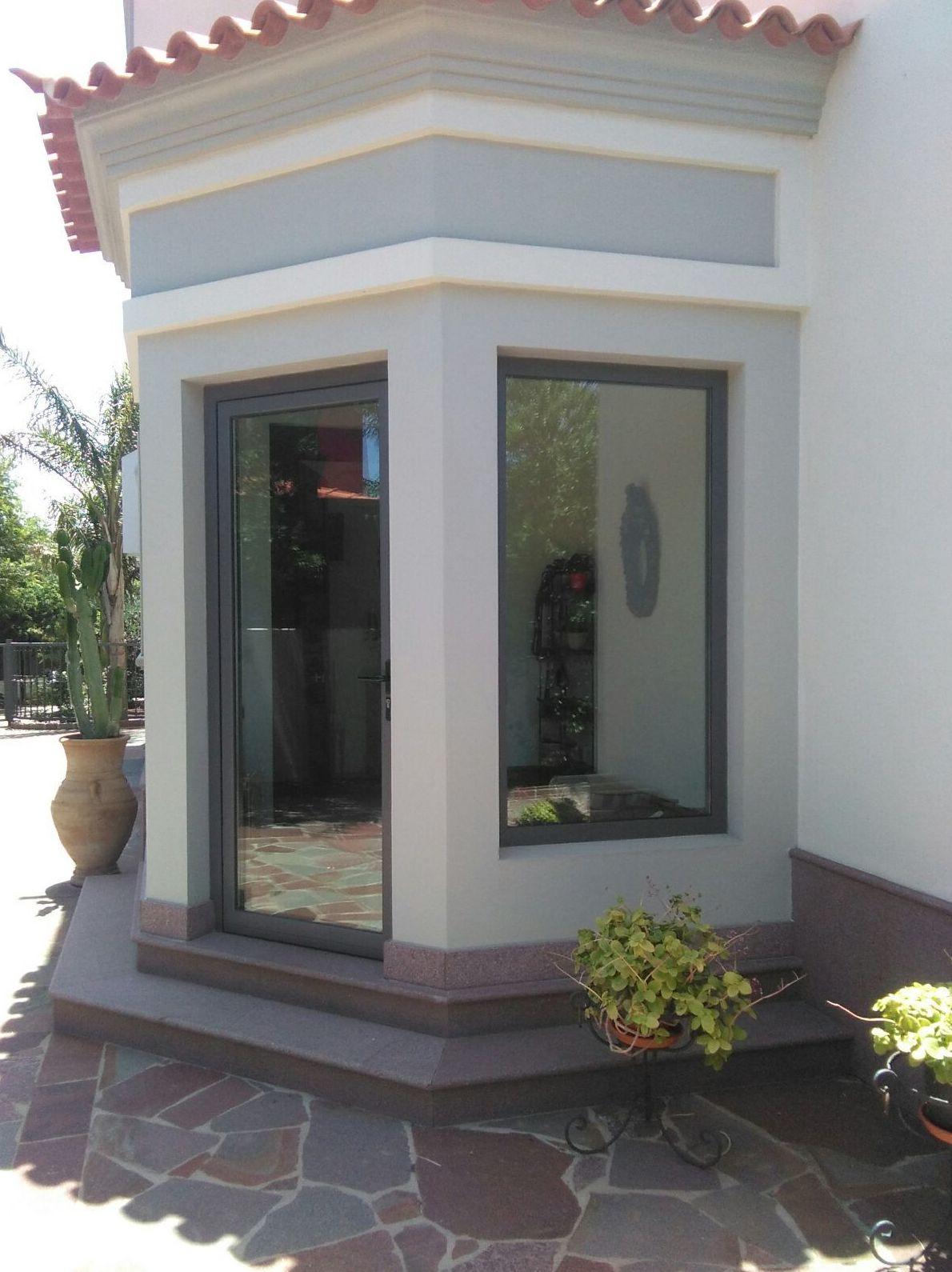 Puerta y ventana de aluminio para entrada a vivienda