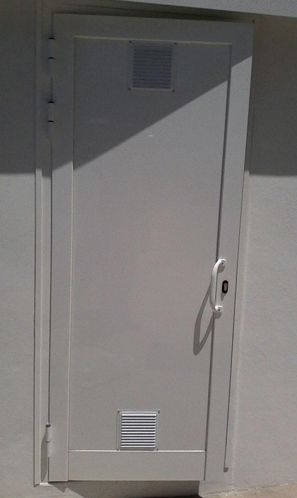 Puerta de aluminio  con bisagras