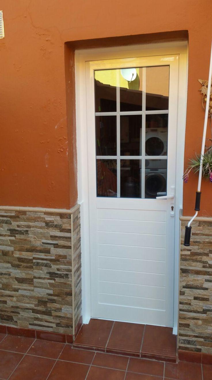 Puerta para terraza aluminio pvc de aluminios carpal for Puertas de calle aluminio precios