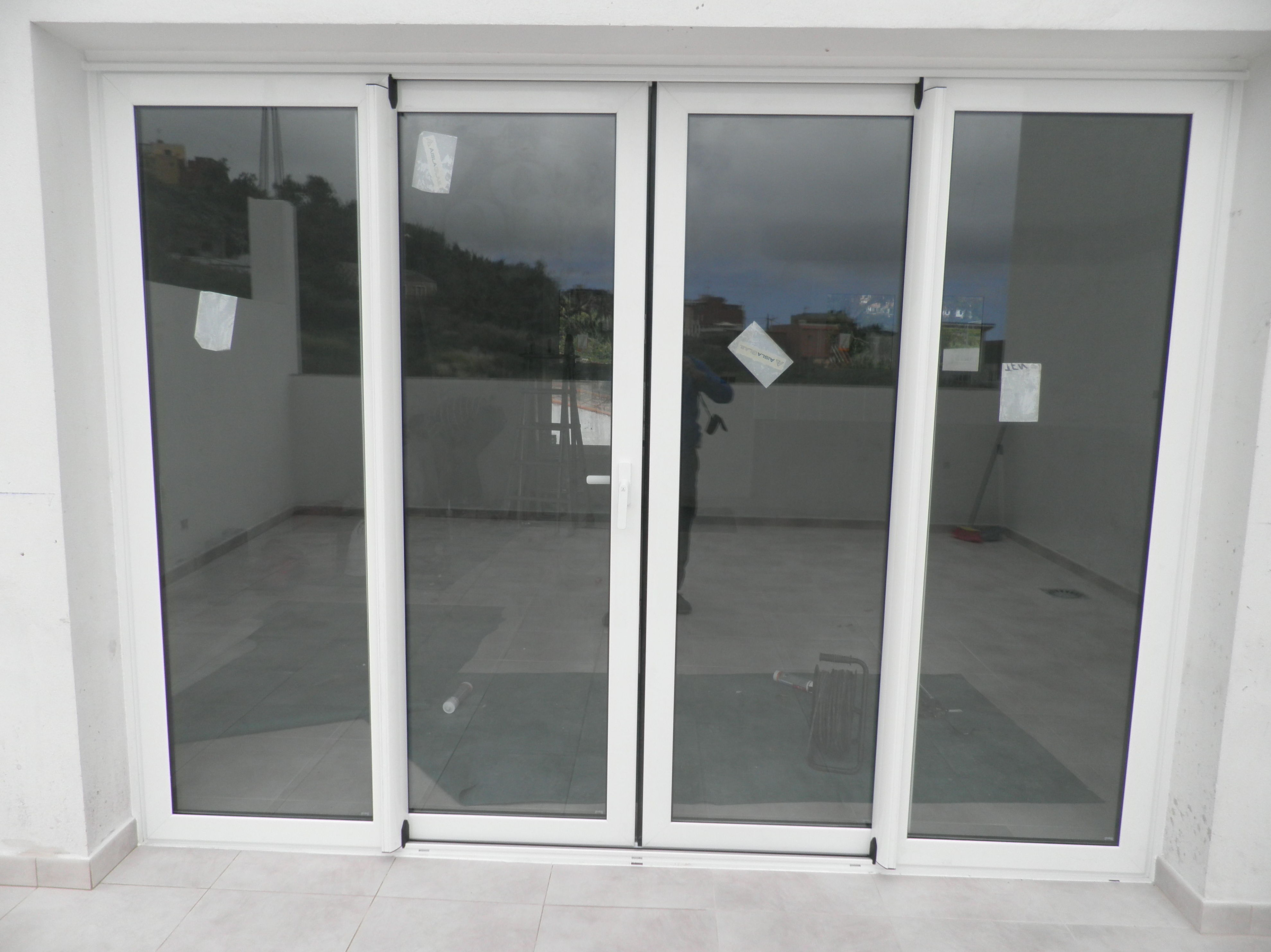 Puerta corredera de aluminio blanco