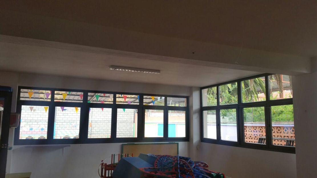 Trabajos de sustitución de ventanas en colegio infantil de Tenerife