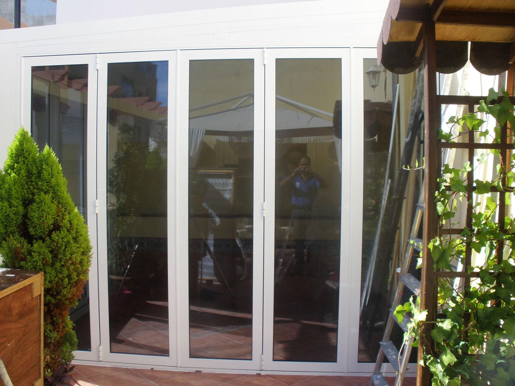 Puerta de aluminio plegable