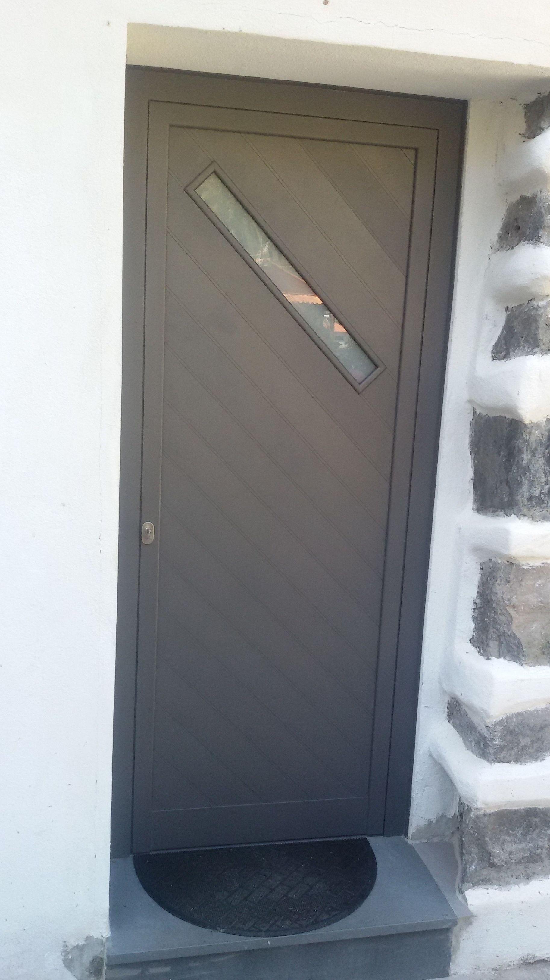 Puerta abisagrada de aluminio