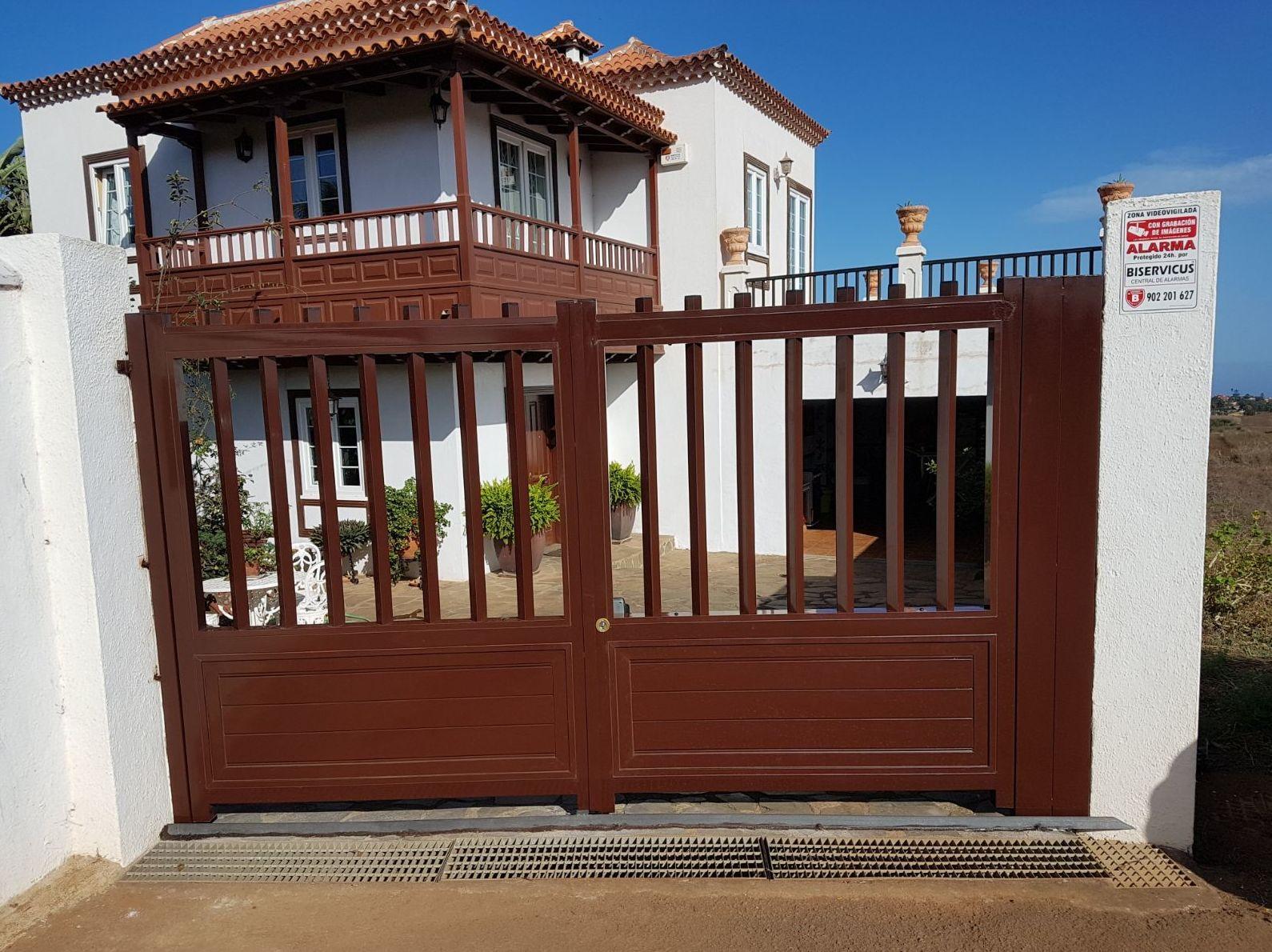 Puerta cancela 2 hojas en hierro-  aluminio lacado marrón, motorizado