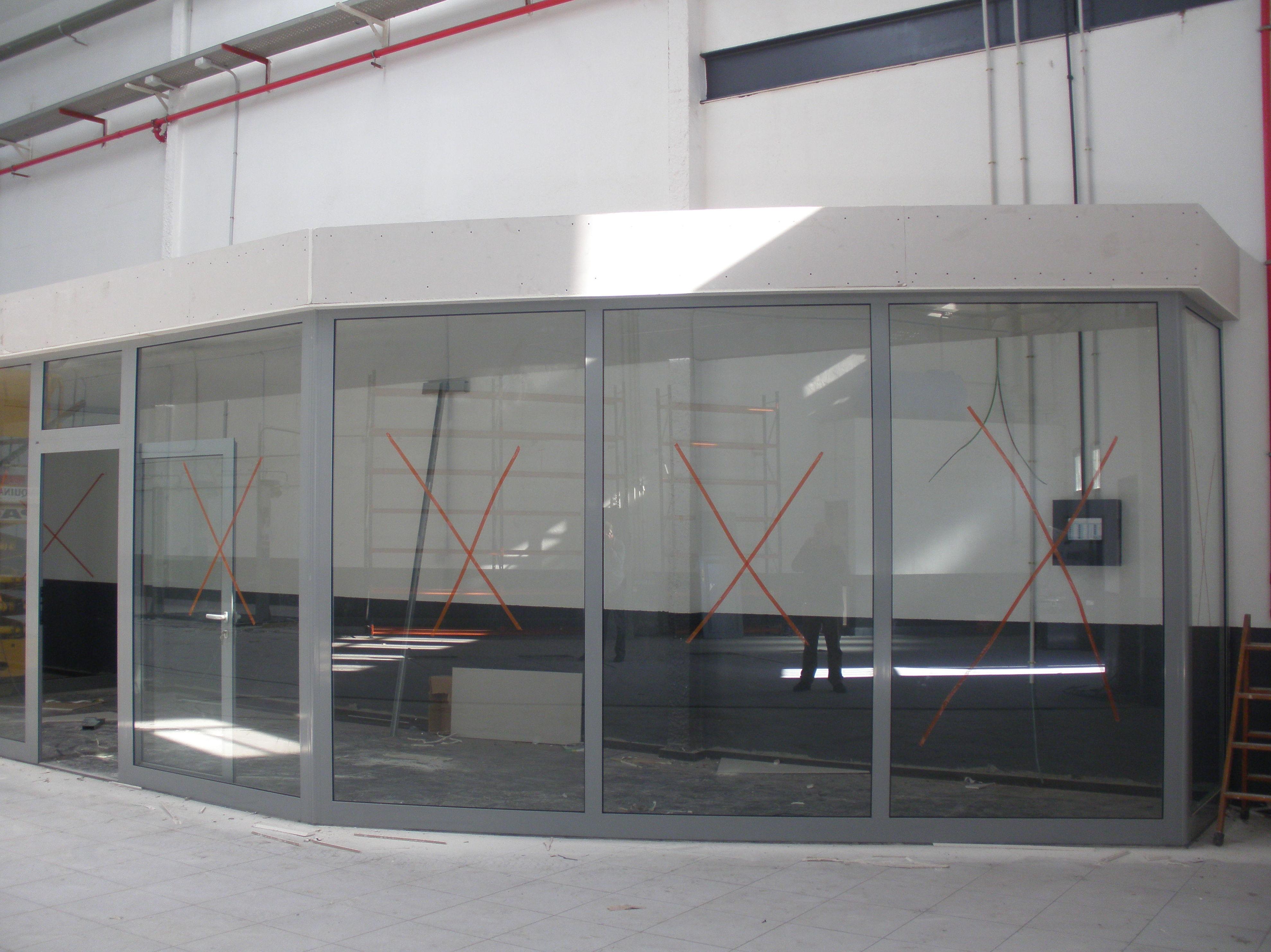 Instalación de cerramientos de aluminio en la obra de Renault