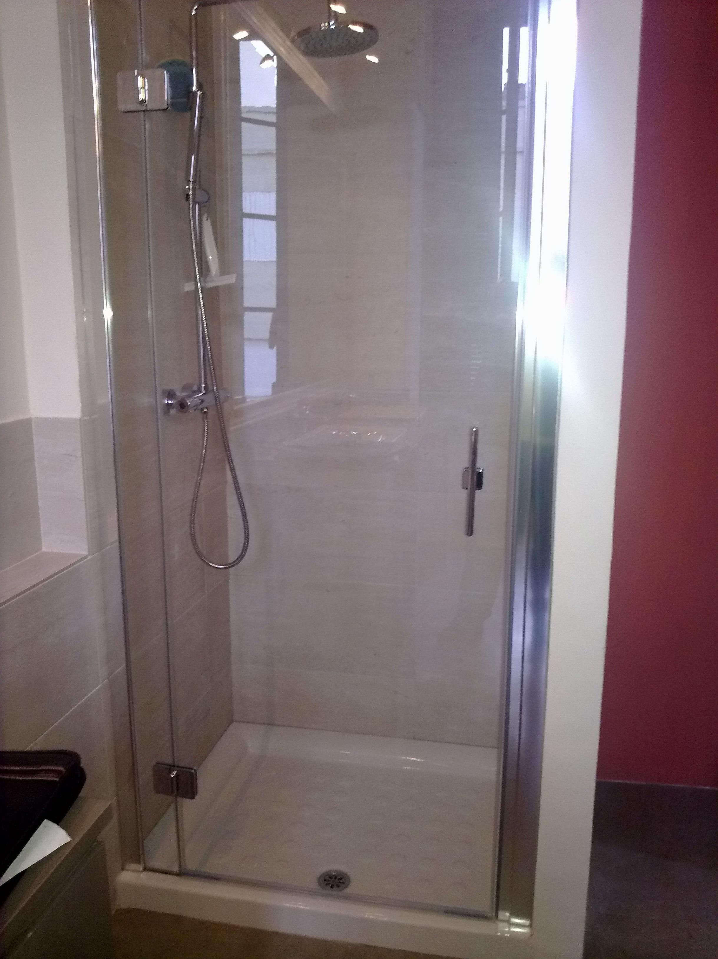Mampara de ducha con una puerta