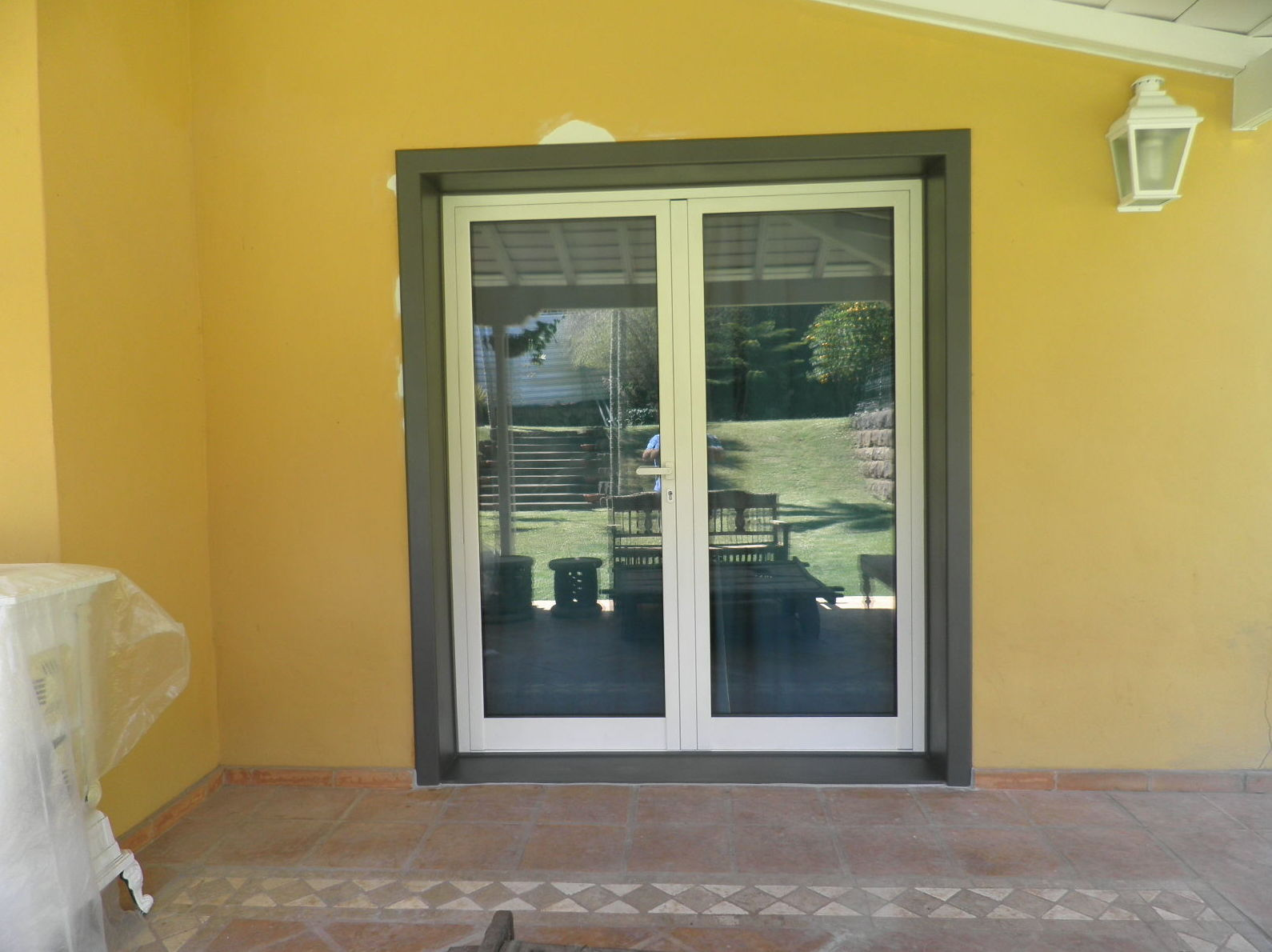 Puerta abisagrada de aluminio blanco