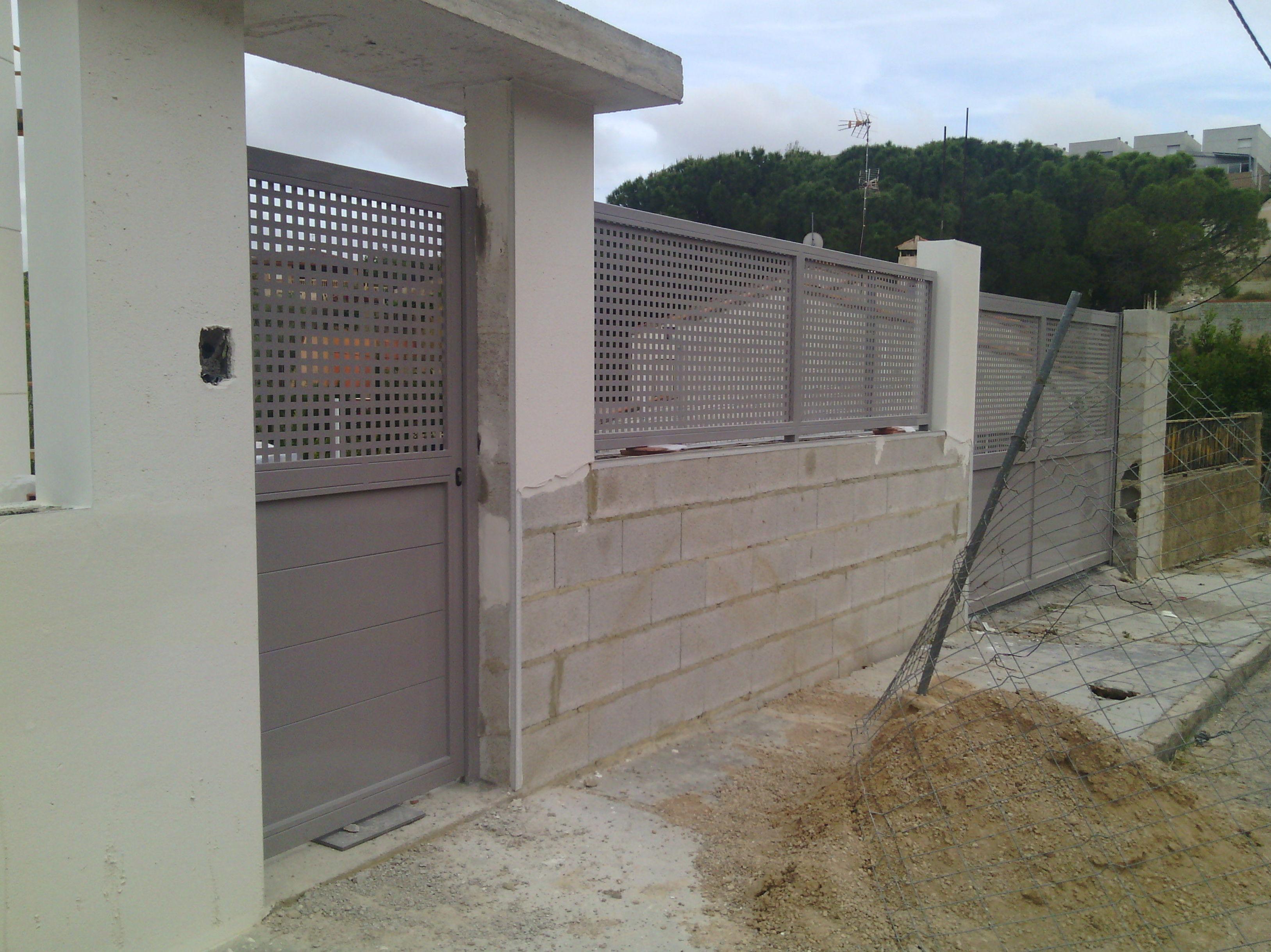 Puertas y vallas de chapa galvanizada y pintadas al horno